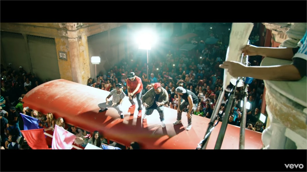 Enrique Iglesias - SUBEME LA RADIO (Official Video) ft. Descemer Bueno, Zion & Lennox - YouTube - Google Chrome_4