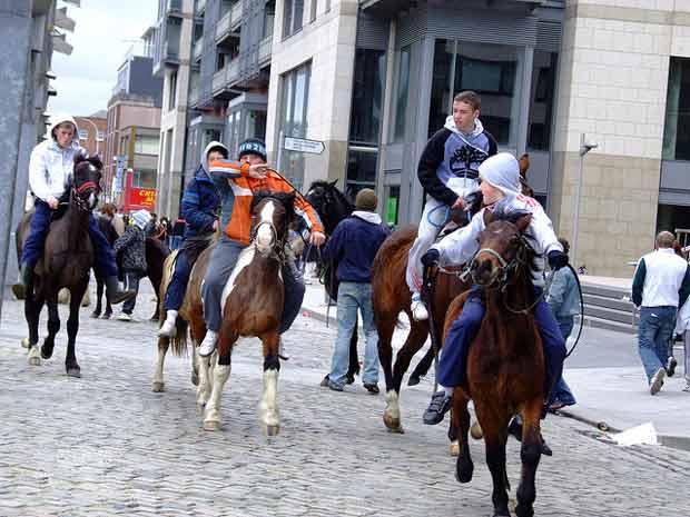 habitants-cheval-ville